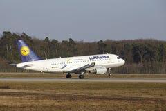 L'†«Lufthansa Airbus A319 d'aéroport international de Francfort décolle Photos stock