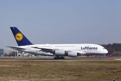 L'†«Lufthansa Airbus A380 d'aéroport international de Francfort décolle Image libre de droits