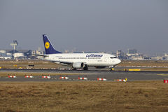 L'†« Lufthansa Boeing 737 d'aéroport international de Francfort décolle Photos libres de droits