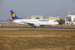 L'†« Lufthansa Boeing 737 d'aéroport international de Francfort décolle Photo libre de droits