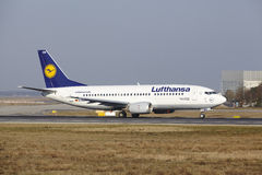 L'†« Lufthansa Boeing 737 d'aéroport international de Francfort décolle Images libres de droits
