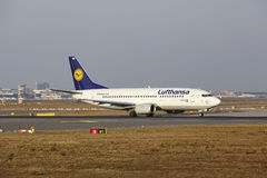 L'†« Lufthansa Boeing 737 d'aéroport international de Francfort décolle Images stock