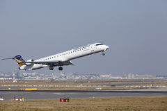 L'†«Lufthansa CityLine Canadair 900 d'aéroport international de Francfort décolle Image stock