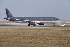L'†«Royal Jordanian Airbus A321 d'aéroport international de Francfort décolle Images stock