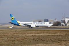 L'†«Ukraine International Airlines Boeing 737 d'aéroport international de Francfort décolle Image stock