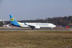 L'†«Ukraine International Airlines Boeing 737 d'aéroport international de Francfort décolle Photos stock