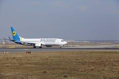 L'†«Ukraine International Airlines Boeing 737 d'aéroport international de Francfort décolle Images stock