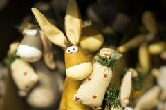 L'âne drôle de textile de jouet avec le sac a décoré le modèle de coeurs Cadeau de concept avec amour le jour du ` s de Valentine Images stock
