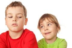 L'échange de fille et de garçon jette un coup d'oeil entre eux-mêmes Photos libres de droits