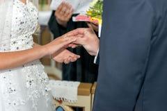 L'échange de jeunes mariés avec des anneaux Images libres de droits