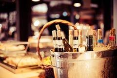L'échantillon de vinothèque a installé des bouteilles de décoration de plateau dans le restaurant Image stock
