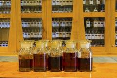 L'échantillon simple de whiskey de malt a numéroté des bouteilles d'échantillonnage sur l'affichage Images libres de droits