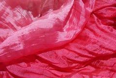 L'écharpe en soie rouge est décorée et fascine photos libres de droits