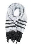 L'écharpe grise du travail manuel a tricoté par un crochet sur un fond blanc photographie stock libre de droits