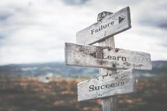 L'échec, apprennent, poteau indicateur de succès en nature photo stock