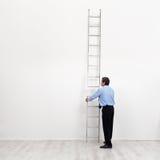 L'échelle d'entreprise - homme d'affaires au début du transporteur Photo stock