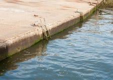 L'échelle de dock de marina ne vident aucune marée haute de personnes Images libres de droits