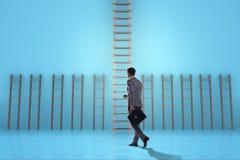 L'échelle s'élevante de carrière d'homme d'affaires dans le concept de réussite commerciale Photographie stock libre de droits