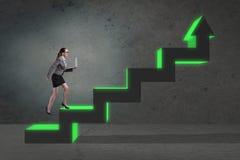 L'échelle s'élevante de carrière de jeune femme d'affaires Image libre de droits