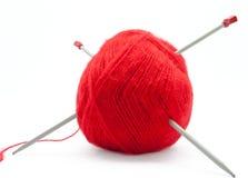 L'écheveau des laines avec des pointeaux de tricotage Images stock
