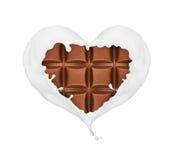 L'éclaboussement du lait sous forme de coeur enveloppe la barre de chocolat Images stock