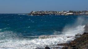L'éclaboussure des vagues sur la côte Photo libre de droits
