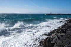 L'éclaboussure des vagues sur la côte Photos stock