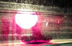 L'éclaboussure du colorant s'est laissée tomber dans l'eau dans le réservoir d'eau avec l'ampoule illustration de vecteur