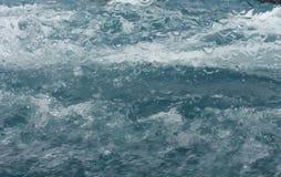 L'éclaboussure sous-marine de l'eau ondule la fenêtre de bateau Photos stock