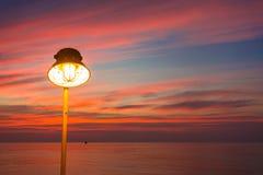 L'éclairage de la lampe chaude ou du jaune A CACHÉ la lampe et l'éclairage du coucher du soleil photos stock