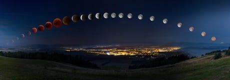 L'éclipse lunaire avec la lune ensanglantée de sa lever de la lune labourent le moonset Photographie stock