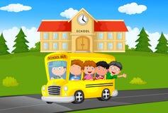 L'école badine la bande dessinée montant un Schoolbus Photo stock