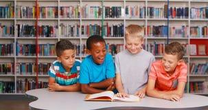 L'école badine le livre de lecture ensemble dans la bibliothèque banque de vidéos