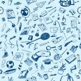 L'école tirée par la main de griffonnage objecte le modèle sans couture Le stylo bleu objecte, fond peint par aquarelle bleu-clai Photographie stock