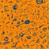 L'école tirée par la main de griffonnage objecte le modèle sans couture Le stylo bleu objecte, fond peint par aquarelle orange ap Photos stock
