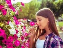 L'écolière de fille 13-16 années tient le parterre sentant de fleurs d'été de ville L'espace libre pour le texte Sourires heureux images libres de droits