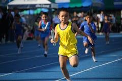 L'écolier court pendant la course de relais du festival de jour de sport photos libres de droits