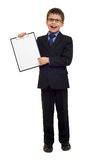 L'écolier dans le costume et le papier blanc couvrent dans le presse-papiers sur le blanc d'isolement, concept d'éducation Images stock