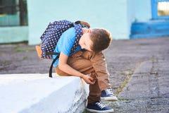 L'écolier est déprimé De nouveau ? l'?cole le premier jour d'automne l'enfant n'est pas à l'école apathie aucun amis dans la nouv photographie stock libre de droits