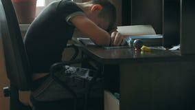 L'écolier font le travail Le garçon fait son travail à la maison l'élève a été ennuyé sur la leçon L'écolier dort à clips vidéos