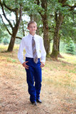 L'écolier porte la cravatte photographie stock