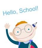 L'écolier rouge de sourire de cheveux se tenant en haut et montrant le carnet avec la salutation expriment bonjour l'école L'espa Photos stock