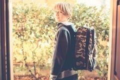 L'écolier vont à l'école photos libres de droits