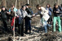 L'écologiste Yevgenia Chirikova ainsi que les défenseurs de la forêt de Khimki va à l'endroit de la coupe Photographie stock libre de droits