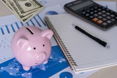 l'économie pour les jeunes de comptabilité de finances s'enregistre contrôlent des inves d'argent photo libre de droits