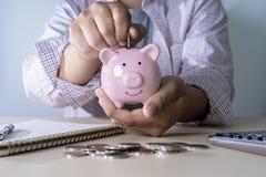 l'économie pour les jeunes de comptabilité de finances s'enregistre contrôlent des inves d'argent photos stock