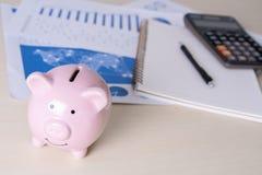 l'économie pour les jeunes de comptabilité de finances s'enregistre contrôlent des inves d'argent images libres de droits