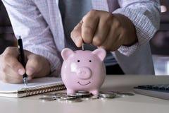 l'économie pour les jeunes de comptabilité de finances s'enregistre contrôlent des inves d'argent photographie stock