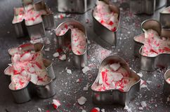 L'écorce de menthe poivrée dans mini Noël de coupeurs de biscuit forme image stock