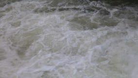 L'écoulement de l'eau de rivière banque de vidéos